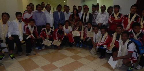 चितवन यूवा समूहद्धारा नेपालका राष्ट्रिय खेलाडी र कलाकारहरुलाई सम्मान गरेपछी ।  तस्विर: घनश्याम पराजुली (कृष्ण)